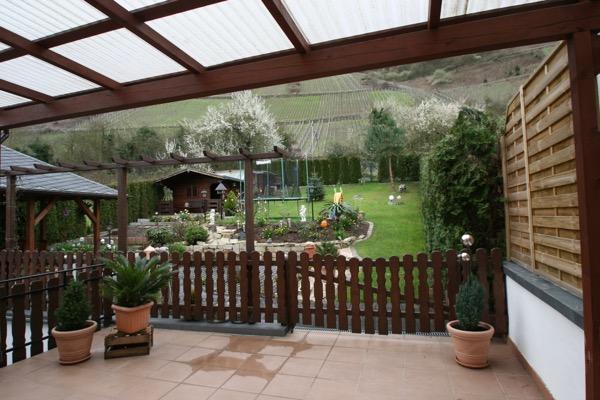 Ruim en overdekt terras met toegang van tuin